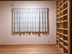 落ち着いた書斎造りつけの本棚